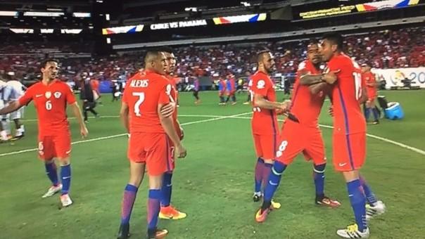 La personalidad de Alexis Sánchez lo ha llevado a tener problemas con sus compañeros. Aquí discutiendo acaloradamente con Gonzalo Jara en la Copa América Centenario.