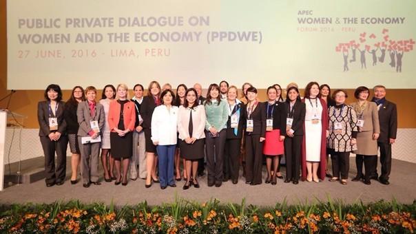 """La ministra de la Mujer y Poblaciones Vulnerable, Marcela Huaita, inaugura en Lima el Diálogo Público Privado en el marco del Foro APEC Mujer y Economía 2016 que se realiza desde el 27 al 30 de junio, cuyo lema es """"Romper las barreras para la integración de las mujeres en la economía global""""."""