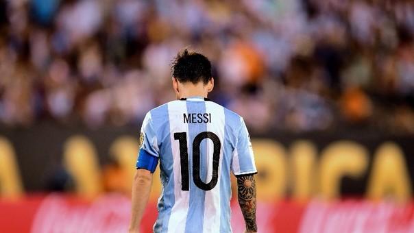 Lionel Messi tiene cinco Balones de Oro, tres Botas de Oro, cuatro Champions League entre otros logros a nivel de clubes. Con la selección absoluta de Argentina, no ganó nada.