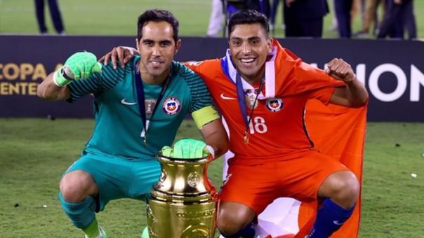 Claudio Bravo celebra con el trofeo de la Copa América Centenario.