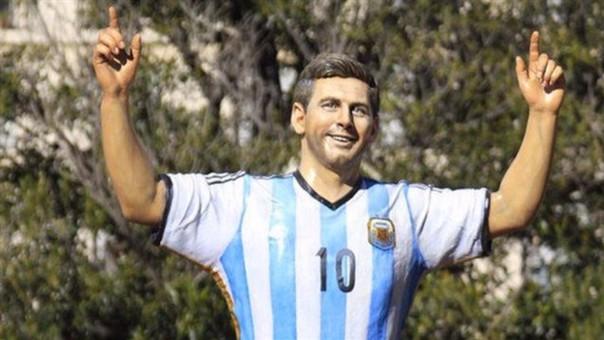 Los argentinos hacen todo lo posible por convencer a Lionel Messi.