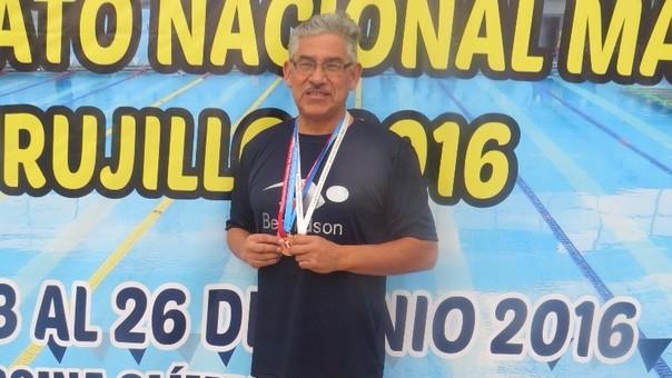 Nadador trujillano gana medallas de plata y bronce en duelo nacional