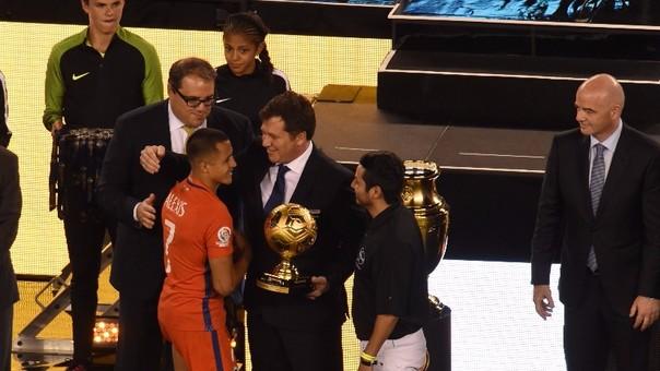 Alexis Sánchez fue elegido el mejor jugador de la Copa América Centenario según la Conmebol.