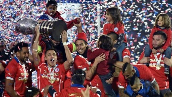 La Selección Chilena se coronó campeón de la Copa América por segunda vez consecutiva al derrotar por penales a su similar de Argentina.