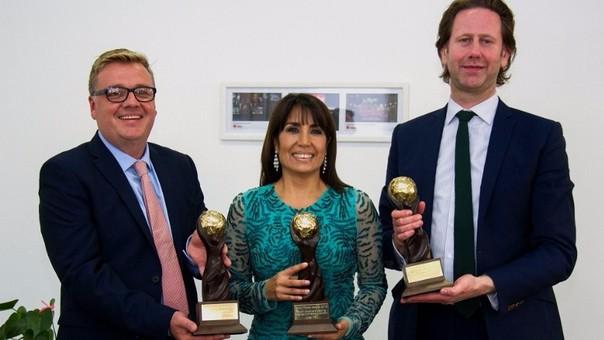 Comida peruana no deja de recibir premios. La ministra Magali Silva Velarde-Álvarez con el trofeo World Travel Awards (WTA) 2016.