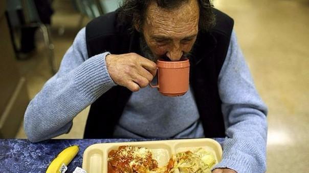 Un hombre almuerza en los comedores gratuitos en San Francisco, California. En los últimos años, la pobreza en la primera economía mundial ha aumentado dramáticamente.