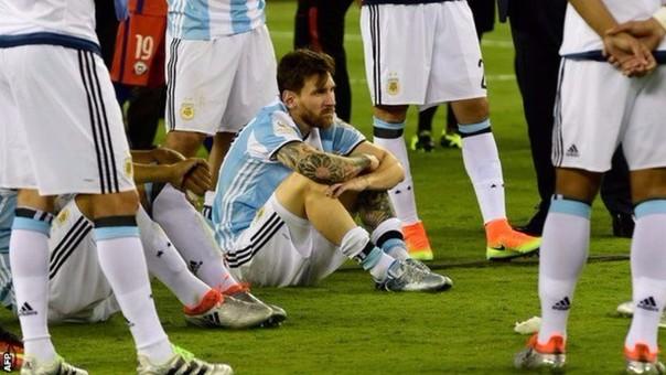 Los hinchas argentinos dieron muestra de apoyo y pidieron que Lionel Messi vuelva a la Selección Argentina.