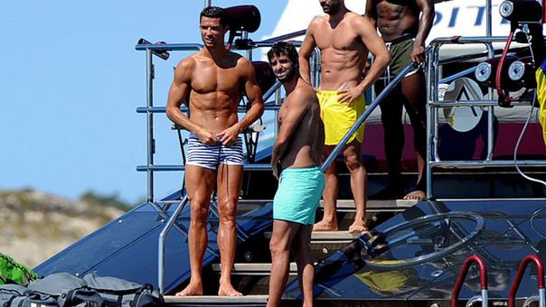 Cristiano Ronaldo causa furor con su innovador traje de baño