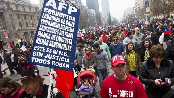 En el sistema privado de pensiones chileno los ciudadanos depositan 10% de sus ahorros de jubilación en cuentas individuales manejadas por las AFP. El rendimiento de esos fondos determina el monto que recibirá cada uno cuando se jubile. Este sistema de AFP sustituyó al estatal en el que los trabajadores pagaban una contribución al Estado para financiar las pensiones de los que en ese momento eran jubilados. Eso con la expectativa de que los futuros trabajadores contribuyeran a su vez para cuando les llegara el turno a ellos de ser pensionados. En ese esquema, el monto de la pensión era fija y conocida de antemano. En el actual depende de las fluctuaciones del mercado, consigna un artículo de la BBC.