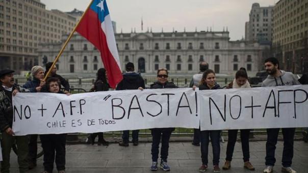 Miles de chilenos salieron a protestar contra las AFP asegurando que otorgan pensiones muy bajas (300 dólares en promedio), aunque en muchos casos es por debajo de los 240 dólares. De cualquier forma, los montos son inferiores al salario mínimo, que en Chile es el equivalente a 373 dólares.