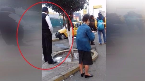 Hombre toma vía pública como urinario