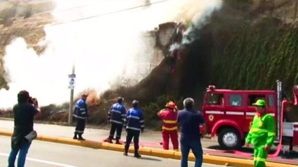 Si bien por ratos el fuego parecía estar controlado, la vegetación del lugar avivó las llamas repetidamente.