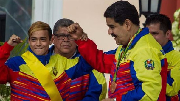 Nicolás Maduro condecoró a los deportistas venezolanos más destacados en Río 2016.