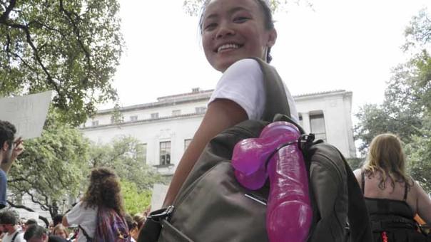 Universitarios protestan en EE.UU porque permiten llevar al campus armas pero no dildos