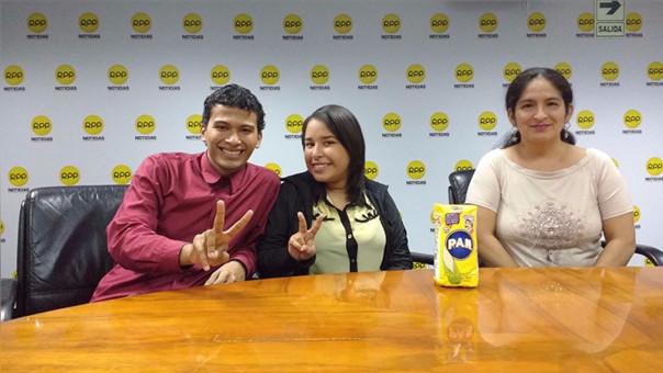 Nelson Rojas y su esposa Samantha Vásquez sonríen al lado de una bolsa de harina pan, el insumo base de la arepa venezolana. Al lado de ellos, Ana María Olazo, madre de Nelson, quien vivió en Venezuela desde los tres años y que hace seis regresó al Perú.