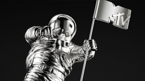 El astronauta que adorna los trofeos entregados en los VMAs