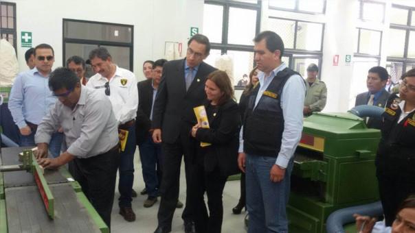 La Ministra de Justicia Marisol Pérez Tello acompaña al vicepresidente Martín Vizcarra en el acto protocolar.