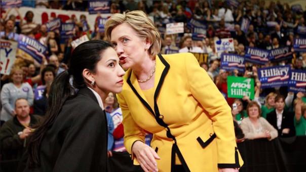 Huma Abedin es una de las colaboradoras más íntimas de Clinton, con quien lleva trabajando desde mediados de los años 90 y a quien ha apoyado en sus dos campañas presidenciales.