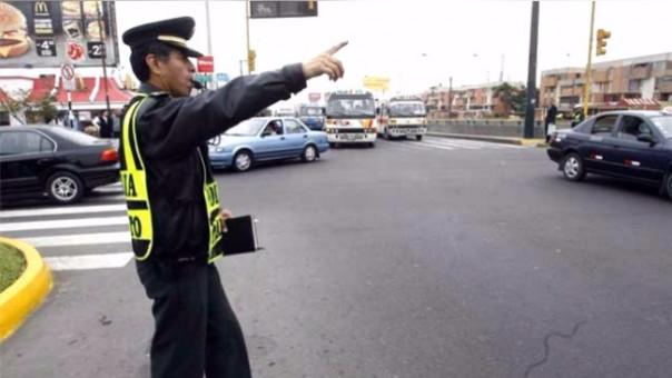 Efectivo policial dirigiendo el tránsito (Foto Referencial)