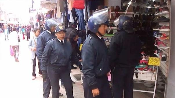 Comerciantes se negaron a retirarse de la vía pública donde vendían sus productos.