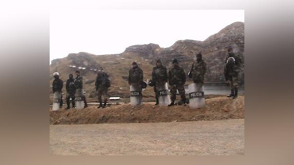 Policías buscan evitar que manifestantes se amotinen.