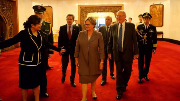 Pedro Pablo Kuczynski y la primera dama Nancy Lange junto a miembros de la comitiva peruana son recibidos por representantes del gobierno chino.