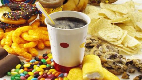 La ley regula el consumo de comidas con alta cantidad de azúcar y grasa.
