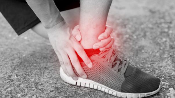 Cuando ocurre un esguince es importante el reposo. En algunos casos es necesario inmovilizar con una bota de yeso.