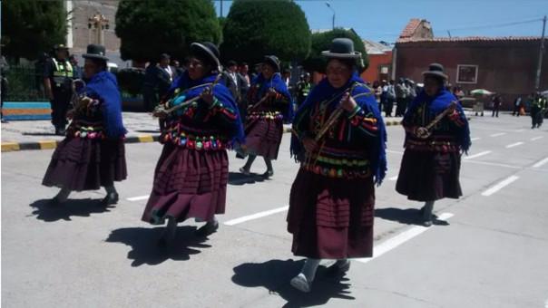 Tenientinas gobernadoras presentes desfilan por aniversario de Huancané.