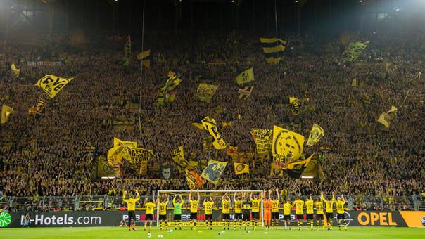 La barra del Borussia Dortmund es una de las más fieles de Europa y realizan espectaculares mosaicos antes de cada encuentro.