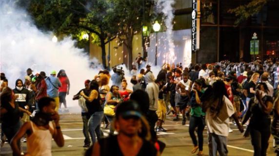 Las protestas en Charlotte de la semana pasada causaron que la ciudad ordene el toque de queda. Pese a ello, las movilizaciones continuaron.