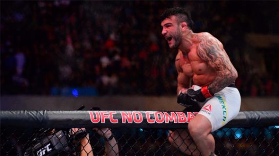 John Lineker celebra su victoria en UFC Fight Night.