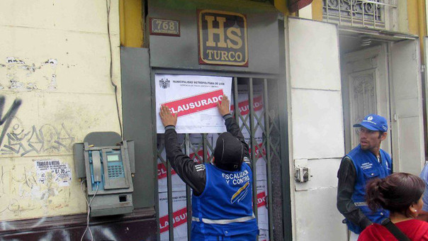 Agentes de fiscalización de la MML clausuraron el hostal este lunes.
