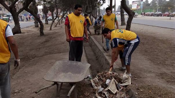 La limpieza de las bermas centrales, el recojo de maleza, entre otras actividades fueron parte de la jornada de limpieza en Comas.
