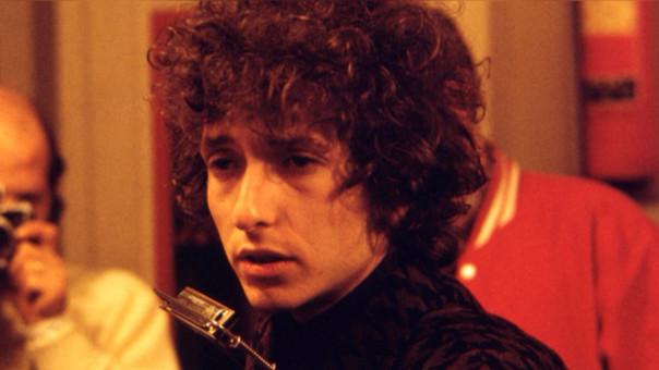 Si bien su mayor éxito crítico y comercial se dio durante los sesenta, la obra de Bob Dylan sigue vigente y atrae fanáticos de distintas generaciones. Actualmente, con 75 años a cuestas, sigue recorriendo al mundo y dando conciertos.