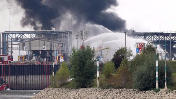 Bomberos extinguen el fuego en la planta BASF, en Ludwigshafen.