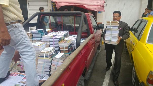 Padres de abogado Henri Aldea donan libros