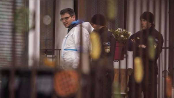 Exportos de la Policía entraron a la casa del atacante para buscar evidencias.