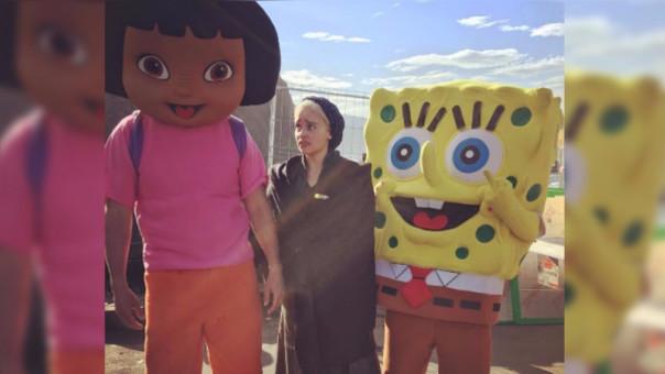 La actriz compartió en su cuenta oficial de Instagram una fotografía en la que aparece caracterizada como su personaje y posando junto a los personajes de dibujos animados.