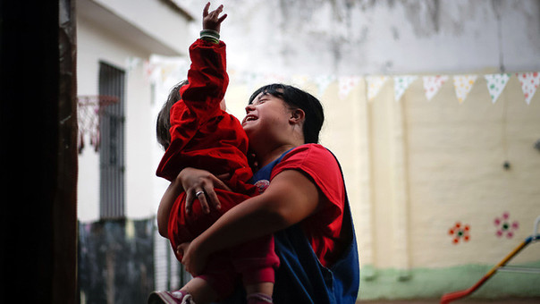 Noelia Garella tiene 31 años, síndrome de Down y es una de las maestras más destacas de un jardín de infantes en la Argentina.