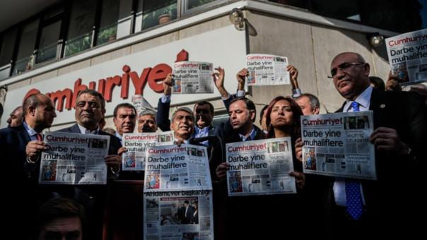 Gobierno turco ordenó detener a 13 periodistas de un diario opositor