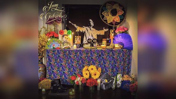 Los hijos del cantautor prepararon un pequeño altar en las celebraciones del