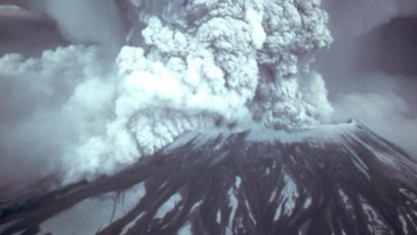 El volcán Santa Elena durante su erupción en 1980.