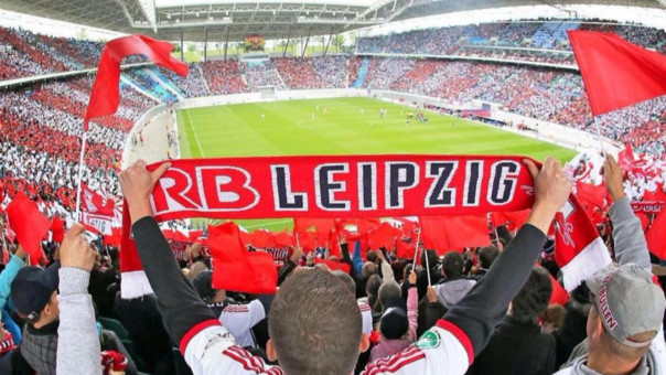 Al inicio los hinchas de los equipos históricos de la ciudad amenazaron al nuevo club al que consideraba un intruso. Mientras tanto, continuaron los trabajos del Red Bull Arena que en 2010 se estrenó con un amistoso ante el Schalke 04.