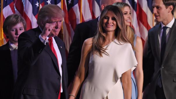 Trump estuvo acompañado en la tribuna por una numerosa representación de su familia, incluida su esposa, Melania, así como dirigentes que le han acompañado en la campaña electoral.
