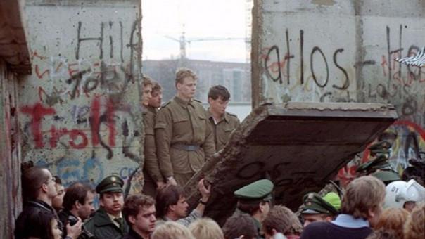 Resultado de imagen para Fotos del de derribo del Muro de Berlín