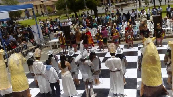 El ajedrez humano se realiza como parte de las actividades de la Semana de Fusión Cultural (Enceuntro de Dos Mundos)