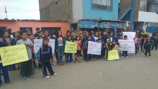 Los escolares de I.E. Mariscal Andrés Avelino Cáceres pidieron al Ministerio de Educación la construcción del cerco perimétrico que se desplomó.