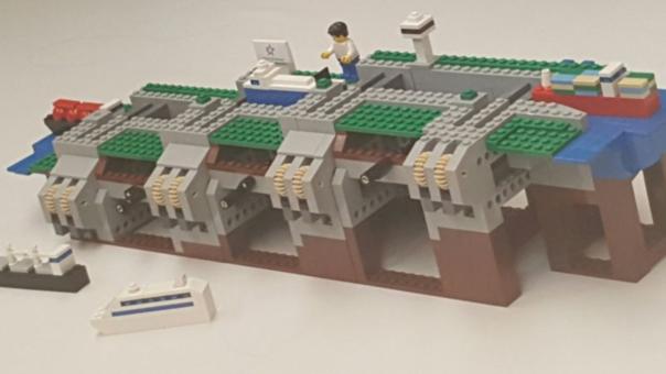 El juguete recomendado para niños mayores de 7 años, no solo será un simple objeto de colección, sino que servirá para que los usuarios de los ladrillos miniaturas entiendan el funcionamiento del ingenioso sistema del canal a través de un manual que se incluye en la caja.