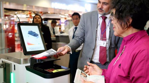 Se necesita un pasaporte electrónico o biométrico para usar las puertas biométricas.